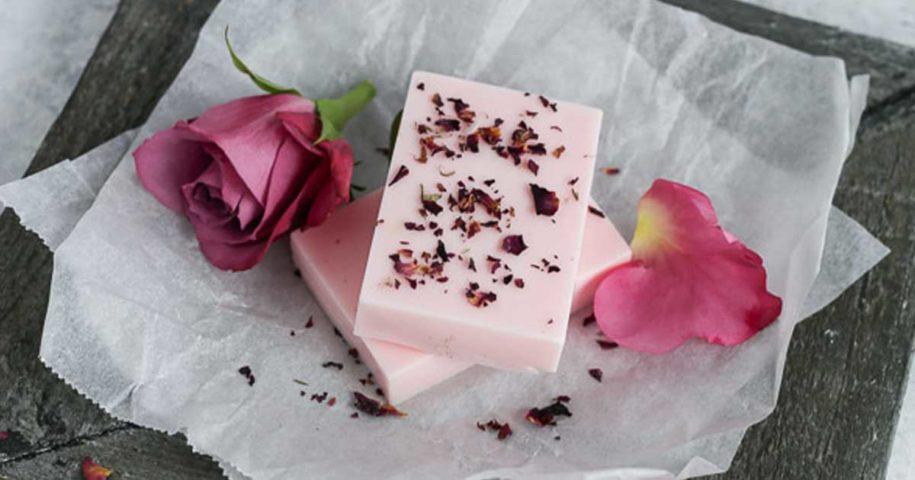 Aprenda a fazer sabonete caseiro e natural de rosas