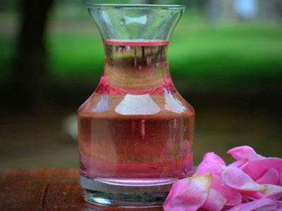 Como fazer água de rosas caseira