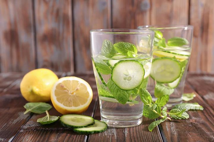 Aprenda a fazer água de Sass para ajudar a reduzir o peso