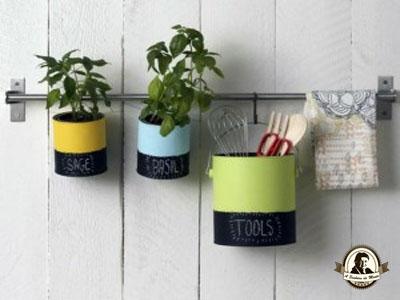 Porta utensílios de cozinha feitos com latas de conserva