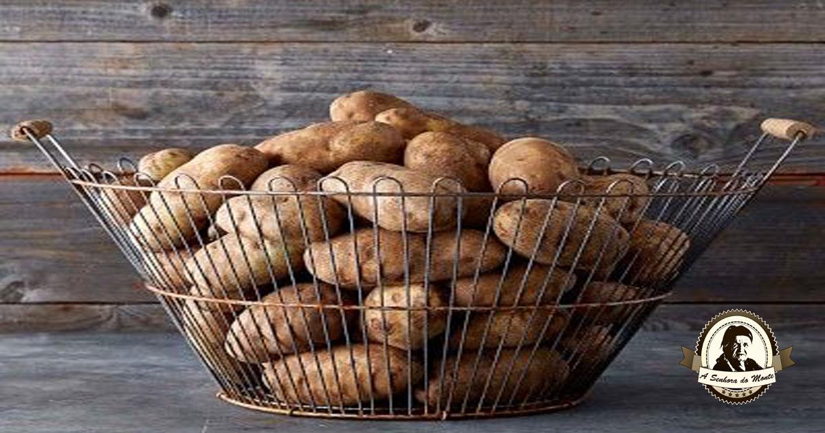 Limpeza da casa e do jardim com batatas