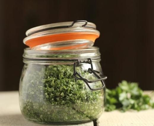 Já experimentou fazer sal aromatizado com ervas aromáticas?