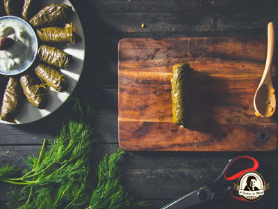 Rolos de videira recheados com arroz de açafrão