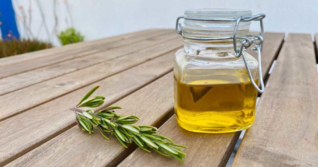 Aprenda a fazer óleo caseiro de alecrim