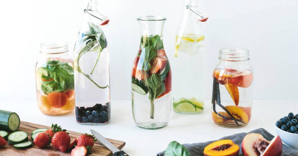 Aprenda a fazer águas aromatizadas de frutas