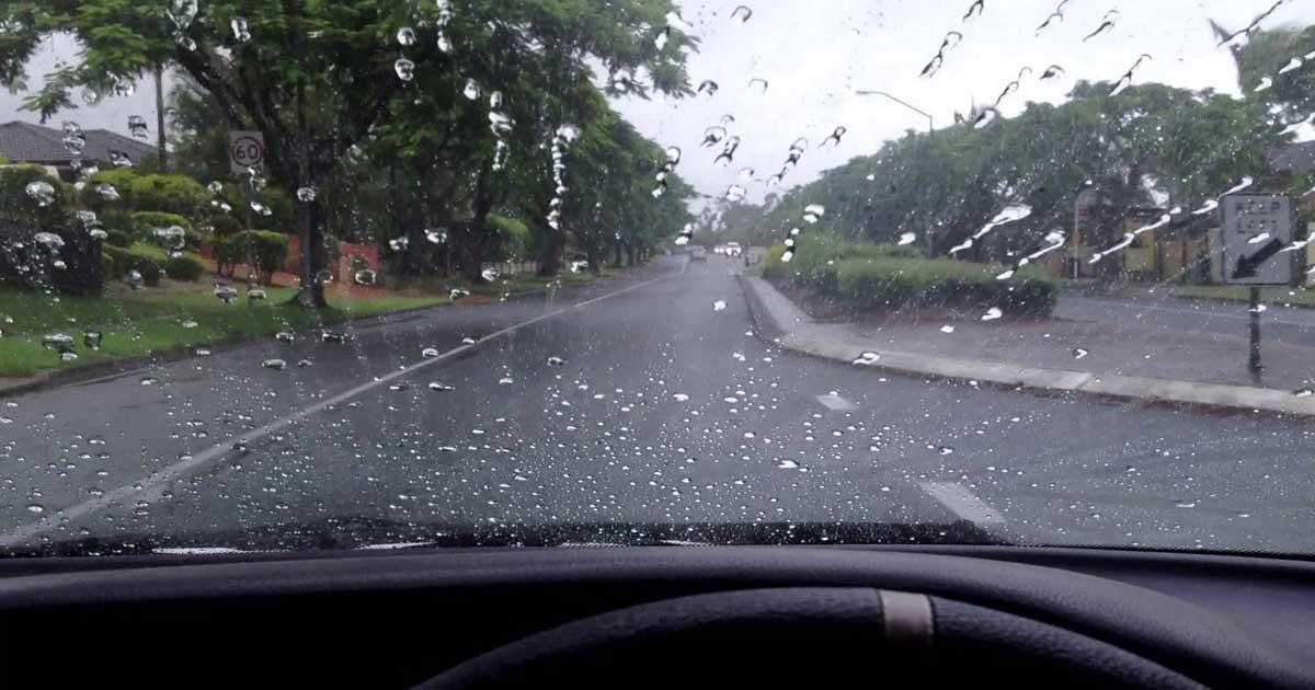 Aprenda a fazer um repelente de água para o pára-brisas do seu carro