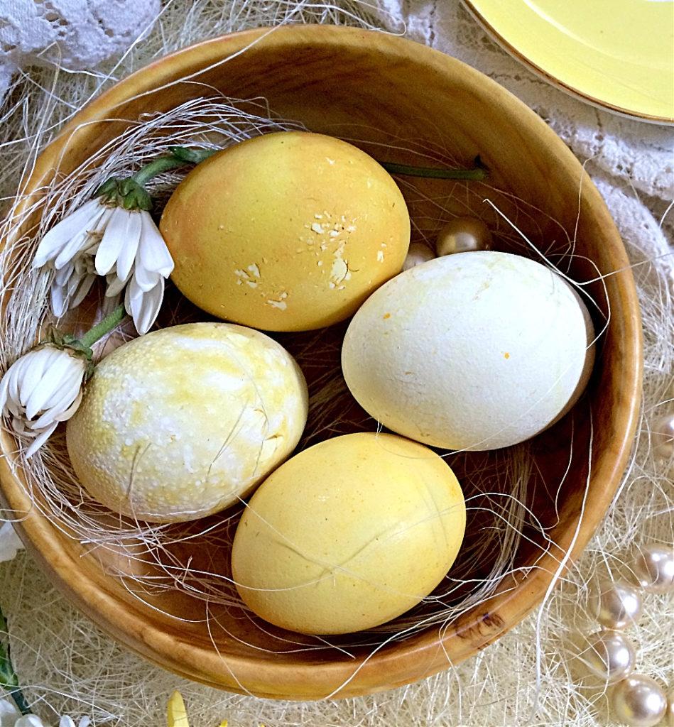 Decoração de ovos da Páscoa com corantes naturais