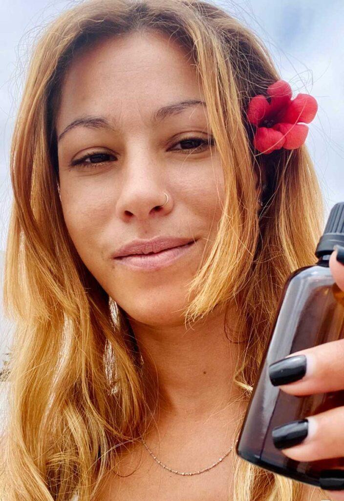 Aprenda a fazer um sérum capilar de alecrim para amaciar o cabelo