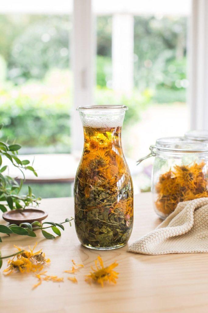 Aprenda a fazer óleo herbal de calêndulas e centelha asiática