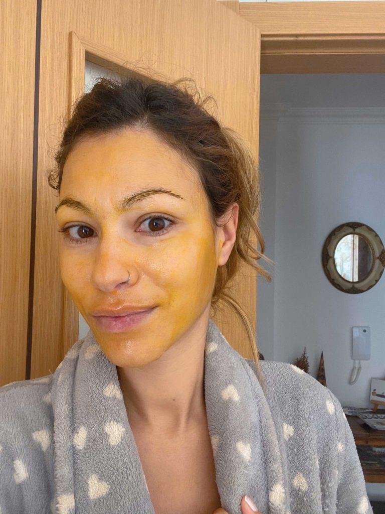 Aprenda a fazer uma máscara facial cicatrizante com cúrcuma