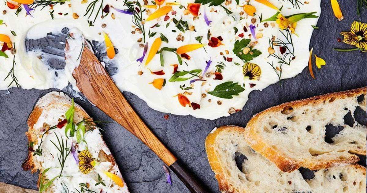 Receita de manteiga de ervas aromáticas e flores comestíveis